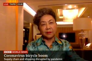 Bonnie Tu intervistata da BBC News durante il World's Bicycle Day