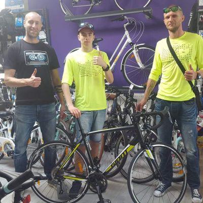 Tymek odebrał swój nowy rower ze sklepu Giant Naramowicka w Poznaniu. Na zdjęciu z właścicielem sklepu, Markiem Gryczką.