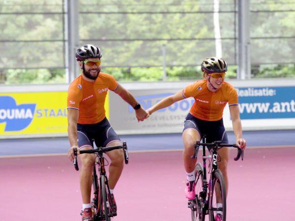 Bijzondere battle: shorttrackmannen tegen vrouwen in fietsrelay