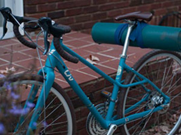 자전거에 요가 매트를 싣고 다니는 방법