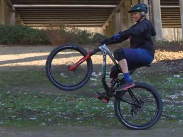산악 자전거를 타고 윌리를 하는 방법