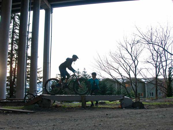 좁고 높은 나무 다리 위로 라이딩하기: 산악 자전거를 타고 나무 지형 위를 지나가는 방법