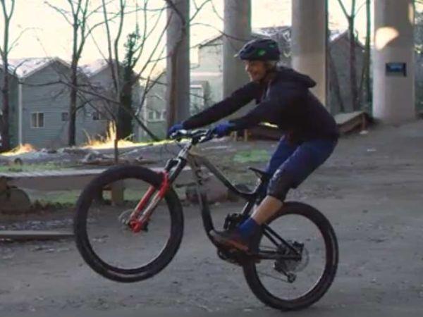 산악 자전거를 타고 프론트 휠 리프트를 하는 방법