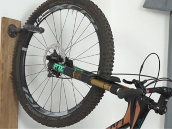 파이프를 이용해서 자전거를 벽에 거치하는 방법