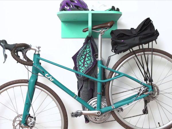 선반을 이용해서 자전거를 벽에 거치하는 방법