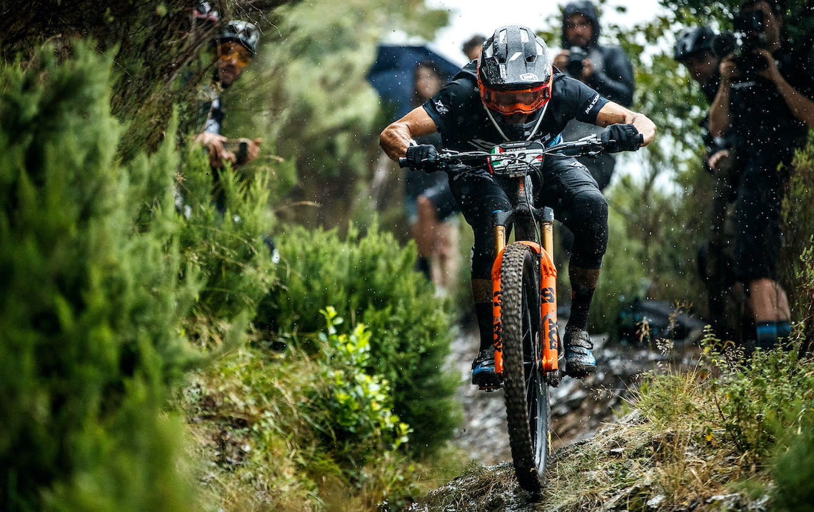 Il pilota del Giant Factory Off-Road Team Youn Deniaud gareggia in un evento EWS 2020 in Italia.