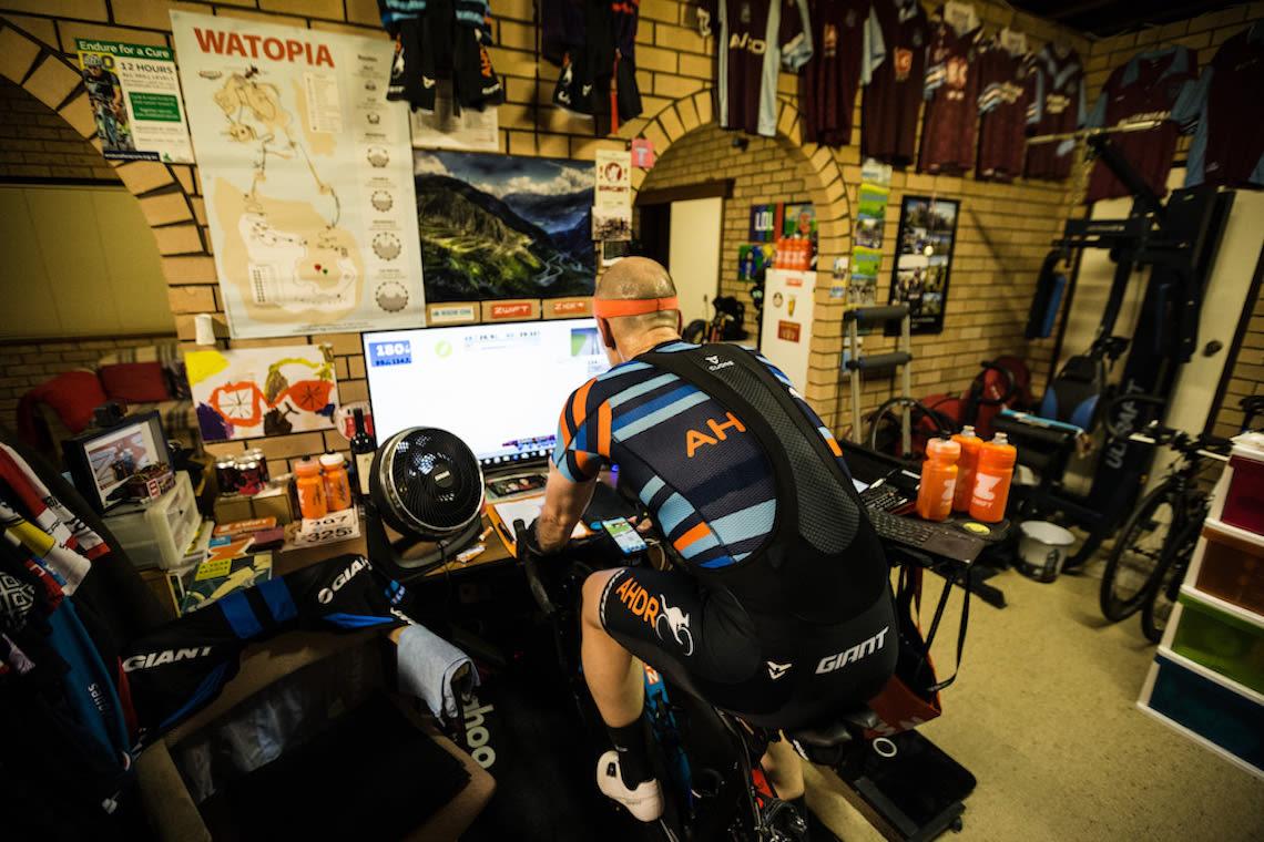 L'ambassador Giant Tim Searle, leader della serie Aussie Hump Day Ride su Zwift