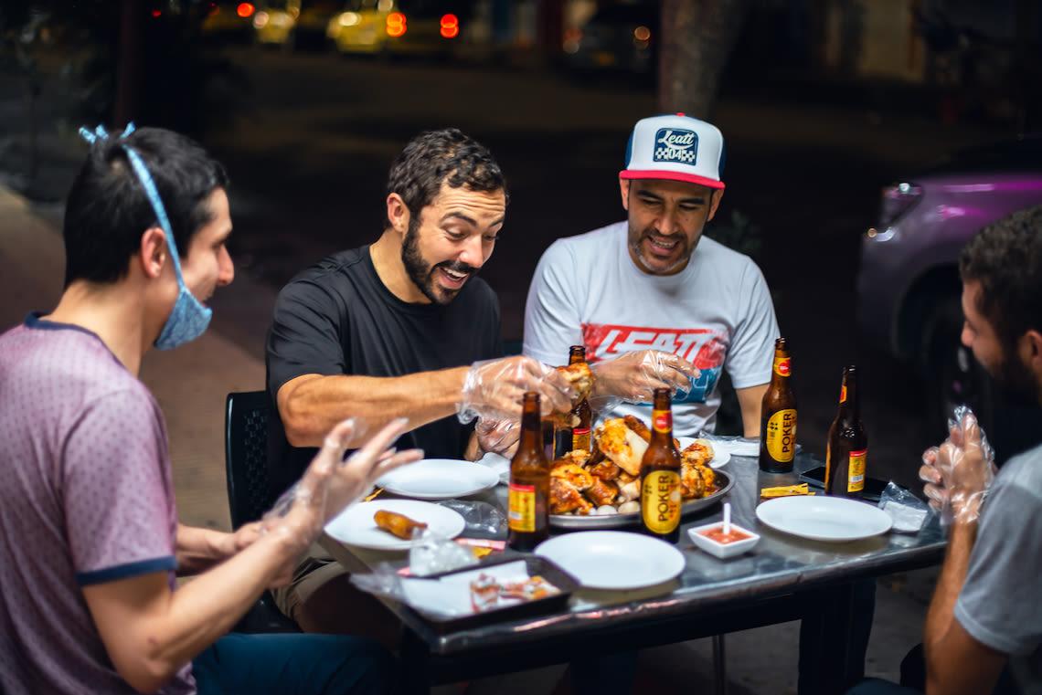 Marcelo Gutierrez si gode la cena in Colombia dopo aver scalato l'Alto de Letras